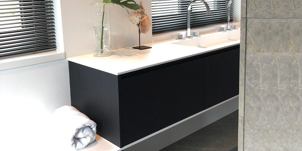 Luxe verrassende badkamer Deze badkamer geeft rust door een doordacht en strak lijnenspel. Het gebruik van de grote beige marmeren platen zorgt voor een luxe uitstraling en liggend in het bad zie je de afwisselende structuren van de steen die blijven verrassen en rust geven.